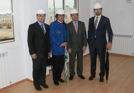 Jesús Moreno, Alcalde de Tres Cantos visitando Montealmendro junto a Jaime Pinilla, Director de CP Promotora.